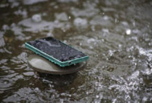 Смартфон упал в воду: Что делать?